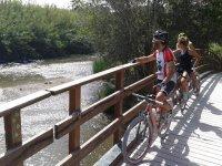 En bici junto al rio