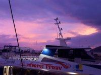 Ferry bajo el amanecer