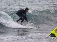 Agachado en la tabla de surf