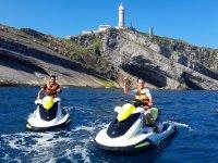 与朋友乘坐摩托艇游览