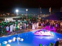 Evento nocturno en la piscina