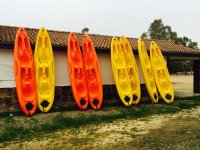 Embarcaciones apoyadas en la pared