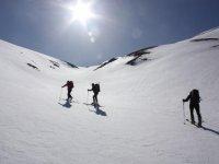 享受在雪地里的雪滑雪者越野滑雪