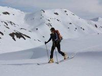 滑雪者在雪地里