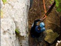 Asegurando la cuerda al arbol