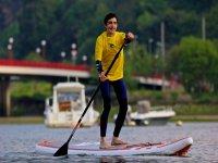 Deslizandose en stand up paddle en Barrika