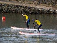 Dos alumnos durante la sesion de paddle surf