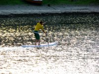 Remando sobre la tabla en la costa vasca