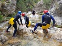 溪降在雷维达雷维达的岩石之间传递