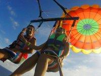 Grabandose durante el vuelo en parasailing