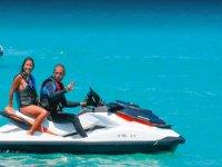 En pareja en la moto de agua en Formentera