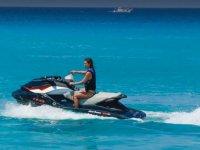 Pilotando la moto de agua en las baleares