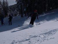 在处女雪中滑雪