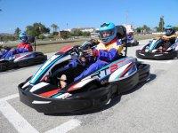 Piloto de kart con casco azul