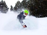 在滑雪板的经验教训赛季的比赛从周一到周五3小时