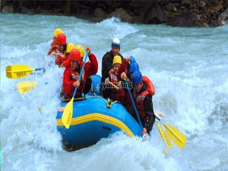 Luchando contra las aguas bravas en rafting
