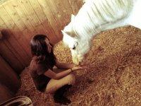 Paula con el caballo blanco