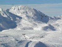 esquiadores en la nieve