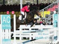 Salto a caballo en competicion