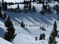 una excursion entre la nieve usando raquetas