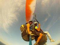 Compartiendo parapente con el instructor en Canarias