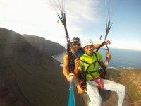 En tandem a la orilla del mar en Lanzarote