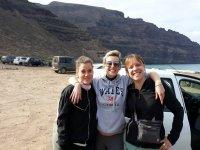 Chicas en la zona de vuelo canaria