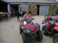 Nuestras instalaciones con quads y caballos