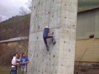 Escalando en rocodromo