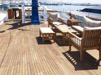 Mesas y sillones a bordo