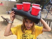 Alumna llevando los vasos en equilibrio