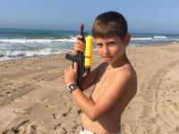Con la pistola de agua en la playa