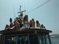 Tomando el sol sobre el barco