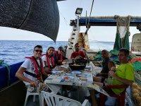 在甲板上控制在卡斯特利翁吃带有巴西利奥