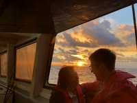 日落船上乘客夫妇捕鱼旅游夫妇渔船