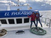 Chicas visitando el barco El Paraiso