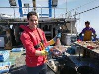 Mostrando el pescado en el barco