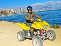 Quad amarillo junto al mar