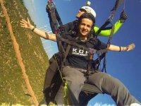 标志滑翔伞张开双臂