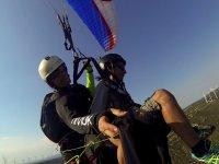 钢厂在地平线上的滑翔伞飞行滑翔伞