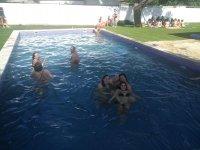 Grupo refrescandose en la piscina