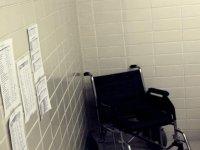 silla de ruedas en la sala
