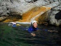 标志加泰罗尼亚漂流游泳在山沟的水域游泳