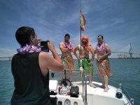 Chicos disfrazados en el barco
