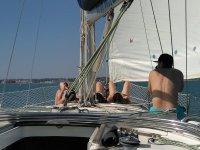 在游船上的加的斯海岸女孩海上守护神领导小组