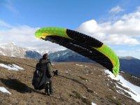 城堡从动力伞滑翔机在控制雪地