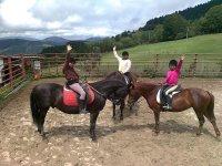 Bambini che cavalcano cavalli