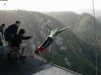 信念从桥上飞跃