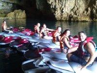 De excursion por las cuevas en el mar