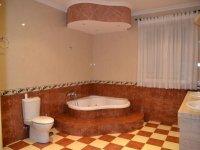 浴室内的按摩浴缸